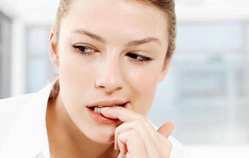 ¿Qué le pasa a tus dientes si te muerdes las uñas?
