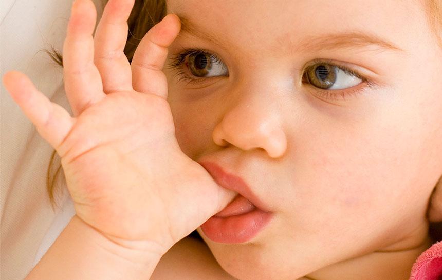 ¿Cómo afecta chuparse el dedo a la salud dental?